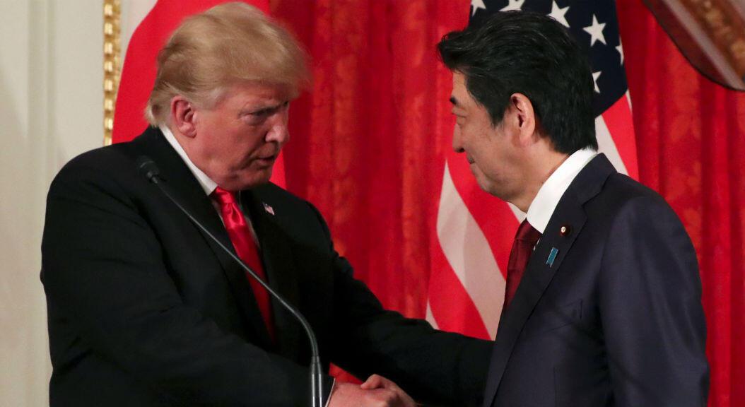 El presidente de Estados Unidos, Donald Trump, saluda al primer ministro de Japón, Shinzo Abe, durante una conferencia de prensa conjunta en el Palacio Akasaka en Tokio, Japón, el 27 de mayo de 2019.