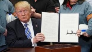 دونالد ترامب بعد توقيعه قرار فرض رسوم جمركية على واردات الصلب والألمنيوم في 2018/03/08