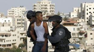 الشرطة الإسرائيلية تعتقل فتى فلسطينيا في القدس الشرقية في 13 أيلول/سبتمبر 2015