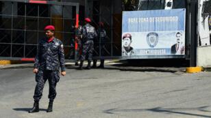 Les forces de l'ordre vénézuéliennes, le 21mars2019, devant le siège des services de renseignement à Caracas.