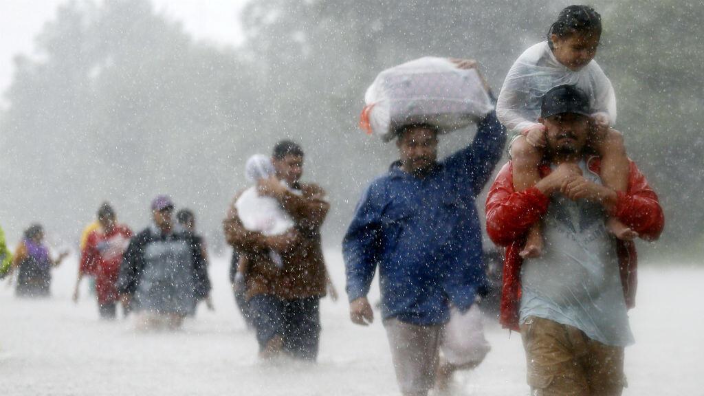 Residentes del estado de Texas en Estados Unidos caminan cargando algunas pertenencias en sus manos, en medio de la inundación que dejó el huracán Harvey de categoría 4. Fue la primera tormenta de tal intensidad en golpear territorio estadounidense desde el 2005. Dejó 77 muertos.