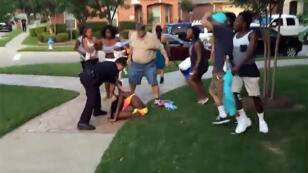 Vidéo amateur montrant le policier Eric Casebolt qui s'en prend à une adolescente en maillot de bain, sans défense, le 5 juin, à McKinney, au Texas.