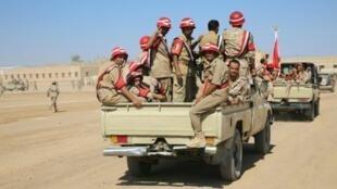 جنود يمنيون يشاركون في عرض عسكري في مأرب 17 تشرين الأول/أكتوبر 2015
