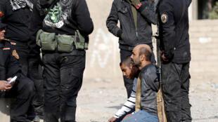 """القوات الخاصة العراقية يتحدثون إلى مشتبه بهم من عناصر """"تنظيم الدولة"""" في الموصل، العراق، 27 نوفمبر/تشرين الثاني 2016"""