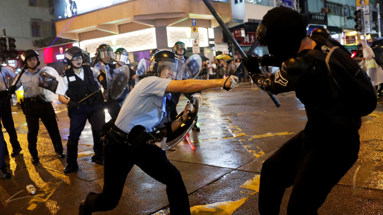 La policía se enfrenta a los manifestantes que protestan contra la ley de extradición en Hong Kong, el 25 de agosto de 2019.