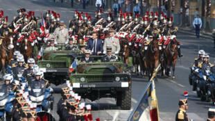 Le président Emmanuel Macron a ouvert samedi les festivités du 14 juillet en descendant les Champs-Élysées.