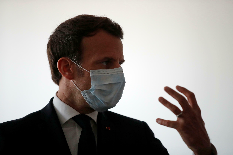 Le président Emmanuel Macron visite un centre de soins à Pantin, en banlieue parisienne, le 7 avril 2020