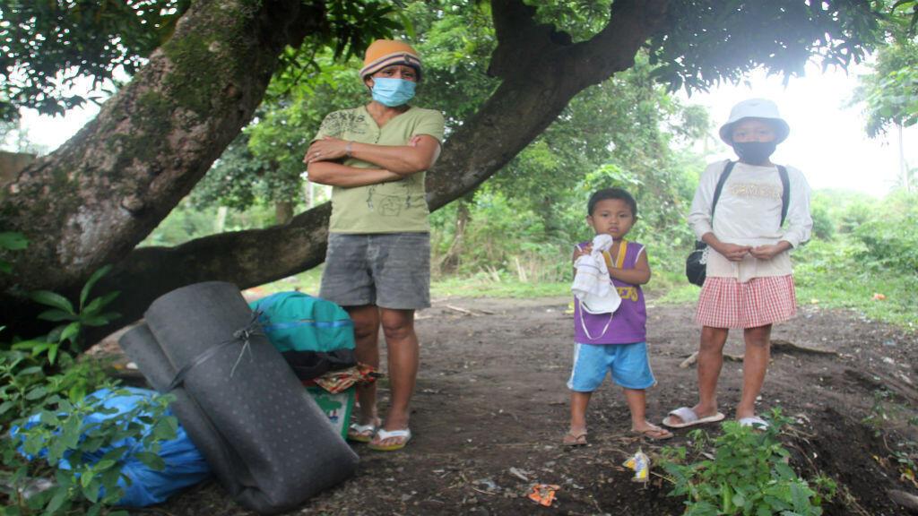 Residentes esperan un camión militar para evacuar, a causa de la erupción del volcán Mayon al sur de Manila, Filipinas.
