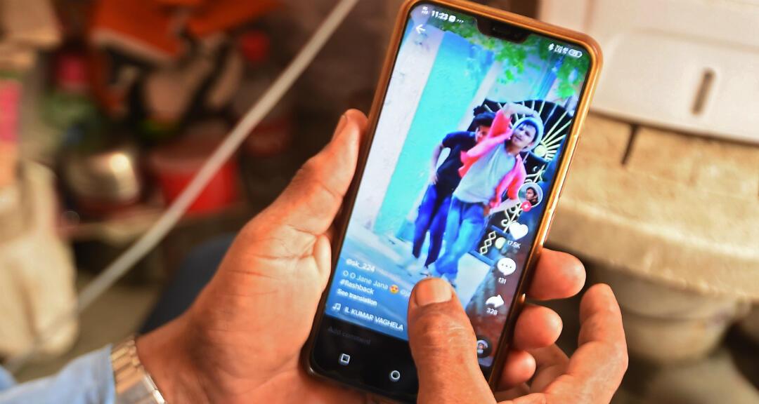 Esta foto de ilustración tomada el 30 de junio de 2020 muestra a una persona que usa la aplicación para compartir videos de redes sociales TikTok en un teléfono inteligente en Faridabad, India.