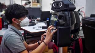 """Hospitales tailandeses están usando robots """"ninja"""" para medir la temperatura y proteger a su agotado persona sanitario en medio de la pandemia de coronavirus"""