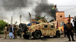 Las fuerzas de seguridad afganas vigilan durante las explosiones y el tiroteo en la ciudad de Jalalabad, Afganistán, el 13 de mayo de 2018.