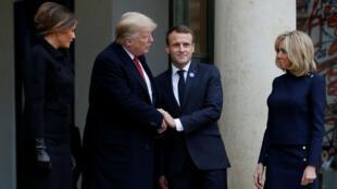 El presidente francés, Emmanuel Macron, y su esposa, Brigitte Macron, acompañan al presidente de los Estados Unidos, Donald Trump, y a la primera dama, Melania Trump, después de una reunión en el Palacio del Elíseo en la víspera de la conmemoración del Día del Armisticio, 100 años después del final de la Primera Guerra Mundial, en París., Francia, 10 de noviembre de 2018.