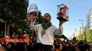 محتجون قرب مقر المركزية النقابية القوية يرفعون شعارات ضد الحكومة بالذكرى السابعة للثورة التونسية في 14 يناير 2018