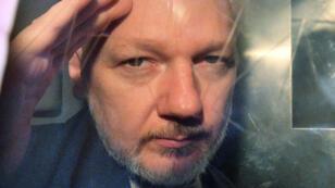 El fundador de Wikileaks, Julian Assange, saluda mientras sale de una corte de Londres, Reino Unido. 1 de mayo de 2019