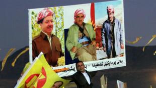 Un partidario del expresidente del Kurdistán iraquí, Masoud Barzani, sostiene una pancarta durante una manifestación antes de las elecciones legislativas en Duhok, Irak, el 27 de septiembre de 2018.