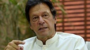 Imran Khan fait une allocution aux médias après avoir voté à Islamabad, mercredi 25 juillet, pour les législatives.