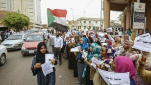 Des employés d'une banque de Khartoum, observant la grève générale, le 28 mai 2019.