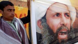 Un Yéménite participe le 8 octobre 2014 à une manifestation devant l'ambassade saoudienne à Sanaa contre la condamnation à mort du dignitaire chiite, Nimr al-Nimr.