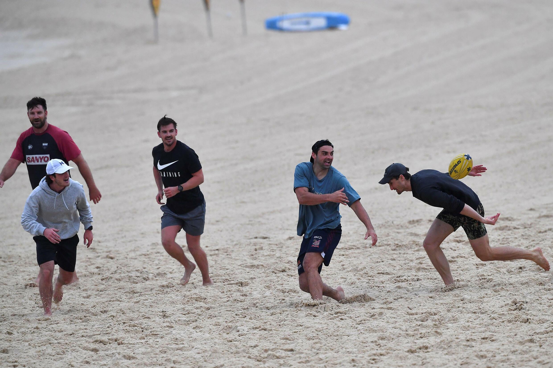 Des habitants de Sydney jouent au rugby à Bondi Beach à l'issue d'un confinement de quatre mois, le 11 octobre 2021 en Australie