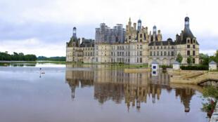 Le château de Chambord, en France, entouré par les eaux, le 1er juin 2016.