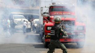 Un agente de la Guardia Civil mientras le bloqueaba el paso a uno de los vehículos de la caravana organizada por la oposición para trasladar la ayuda humanitaria represada en la frontera con Colombia, el 21 de febrero de 2019.