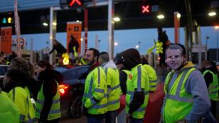 """Des """"Gilets jaunes"""" bloquent le péage autauroutier du Bignon, près de Nantes, le 24 novembre 2018."""