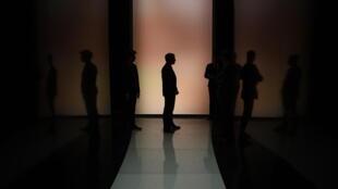Emmanuel Macron et son équipe avant le débat télévisé entre les cinq principaux candidats à la présidenitelle française.