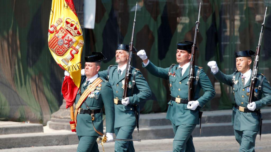 Un grupo de miembros de la Guardia Civil de Valdemoro, España, durante el desfile militar del Día de la Bastilla en, París, Francia, el 14 de julio de 2018.