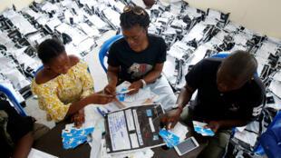 Los funcionarios de la Comisión Electoral Nacional Independiente (CENI) cuentan las boletas de las elecciones presidenciales en el centro de conteo en Kinshasa, República Democrática del Congo , 4 de enero de 2019.