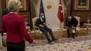 Une capture d'écran d'une vidéo de la réunion organisée entre Ursula von der Leyen, Charles Michel et Recep Tayyip Erdogan, le 6 avril 2021.