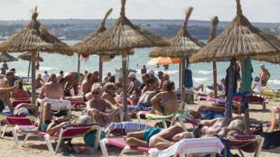 Los turistas disfrutan de la playa en un día soleado el 24 de septiembre de 2019 en Palma de Mallorca, capital del archipiélago español de las islas Baleares