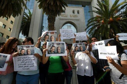 تظاهرة أمام سفارة ليبيا في تونس في 13 تشرين الأول/أكتوبر 2014، تضامنا مع الصحافيين التونسيين سفيان الشورابي ونذير القطاري اللذين فقدا في ليبيا في أيلول/سبتمبر 2014