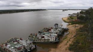 Barcazas en el río Paraguay, en Asunción, el 15 de mayo de 2020