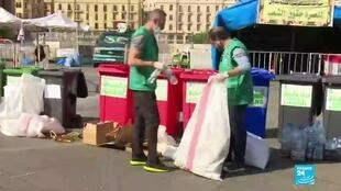 2019-11-08 06:37 Lebanese activists clean up after protests