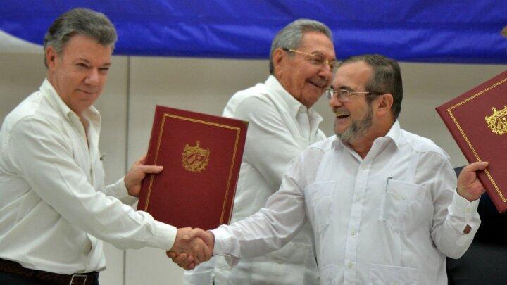 """الرئيس الكولومبي خوان مانويل سانتوس (يسار) وقائد حركة """"فارك"""" رودريغو لوندونيو"""