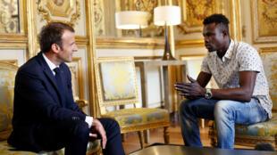 El presidente francés Emmanuel Macron se reúne con Mamoudou Gassama, en el Palacio del Elíseo en París, Francia.