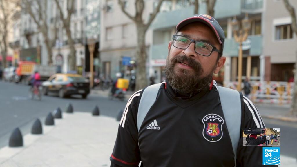 Juan Carlos Borges tiene 13 años de experiencia como abogado. Ahora se gana la vida haciendo envíos a domicilio por las calles de Buenos Aires en una bicicleta.