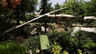 Foto del 22 de mayo de 2020 muestra un avión no tripulado -drone- militar en el monumento conmemorativo del grupo chiíta libanés Hezbolá en el bastión de la colina de Mleeta, construido en 2010 para conmemorar la retirada de Israel del país, cerca de la aldea de Jarjouaa, sur del Líbano.