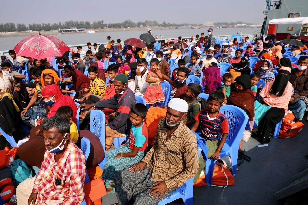 Rohingyas a bordo de un barco cuando se dirigen a la isla Bhasan Char en Chattogram, Bangladesh