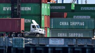 Contenedores de carga provenientes dede China y otras naciones se descargan en el puerto de Long Beach en Los Ángeles, California, el 16 de febrero de 2019.