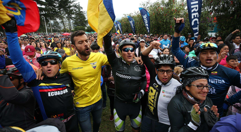 Cientos de personas celebran el triunfo del ecuatoriano Richard Carapaz en el Giro de Italia mientras siguen la transmisión por televisión en Quito, Ecuador. 2 de junio de 2019.