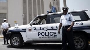حاجز للشرطة البحرينية في قرية راس رومان