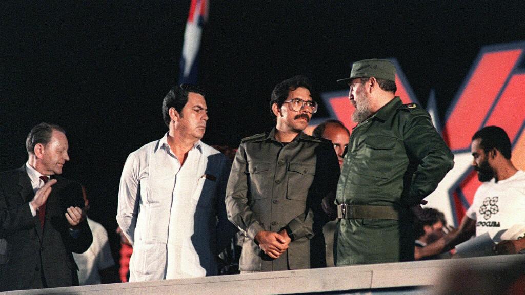 El presidente de Cuba, Fidel Castro conversa con el presidente de Nicaragua, Daniel Ortega, el 4 de enero de 1989, en La Habana, durante las celebraciones del 30 aniversario de la revolución cubana.