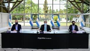 El presidente de Argentina President Alberto Fernandez (C) dijo que la gente se relajó, aumentaron los contagios y por eso se extenderán restricciones hasta el 16 de agosto