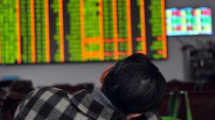 Un investisseur suit l'évolution des cours à la Bourse de Shenzen.