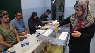 Une électrice vote, dimanche 23juin2019, à Istanbul.