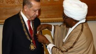 البشير يقلد أردوغان وساما في الخرطوم