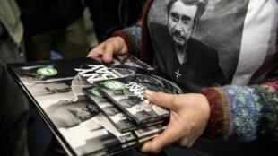 Une fan de Johnny Hallyday à la Fnac des Champs-Élysées, à Paris, dans la nuit du 18 au 19 octobre.