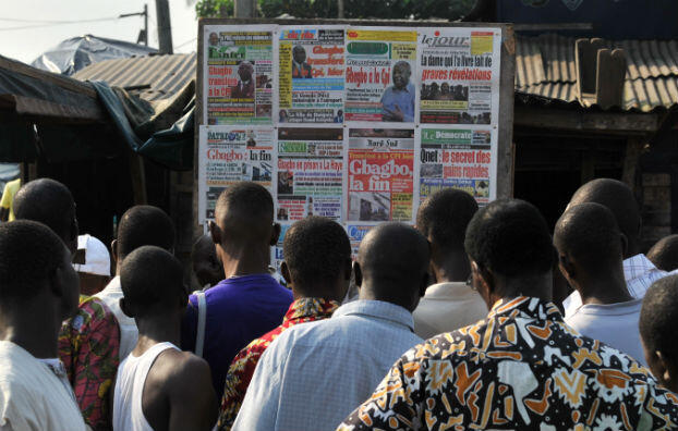 Le 30 novembre 2011, au lendemain du transfert de Laurent Gbagbo à la CPI, les Ivoiriens se ruent sur les journaux.