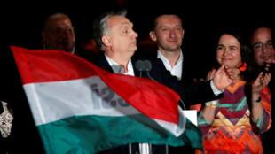 El primer ministro húngaro, Viktor Orbán, se dirige a los partidarios después del anuncio de los resultados parciales de las elecciones parlamentarias.